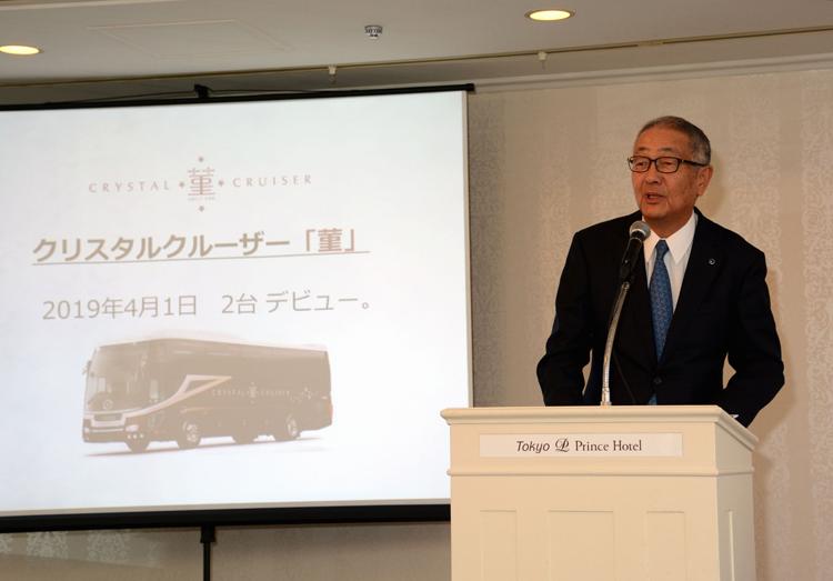 「すみれのバスでお客さまの旅に彩りを添えたい」と話す阪急交通社の松田誠司社長