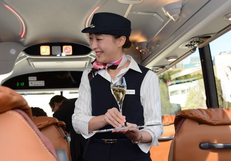 「日本一周の旅」では出発時にスパークリングワインが振る舞われる