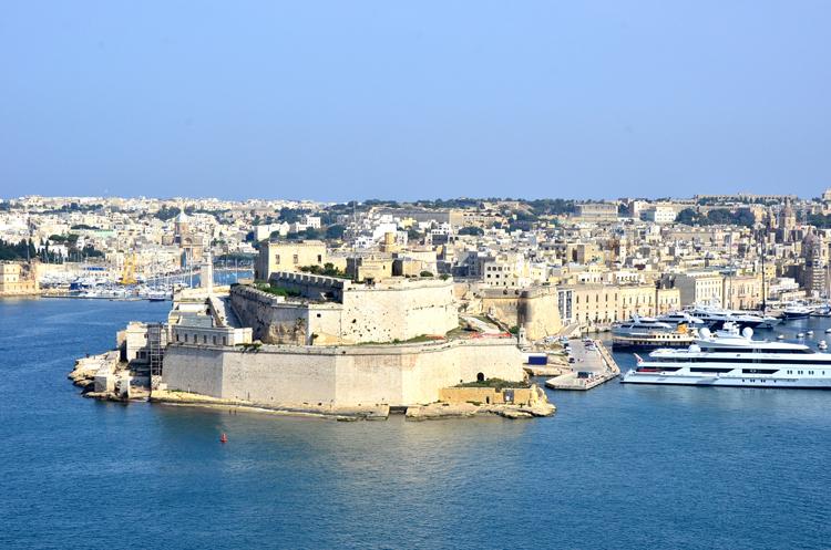 紺碧の海と空に映える城塞 マルタ共和国・バレッタ