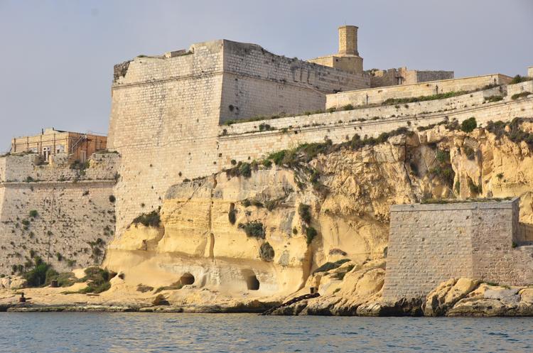 ボートに乗って海から市街を眺めました。オスマン帝国軍を退けたという建物群はさすがに威圧感があり、圧倒されます