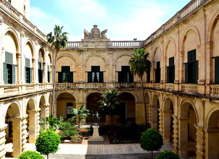 聖ヨハネ騎士団長の宮殿の中庭。涼風が吹き抜けます