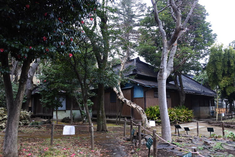 江戸時代後期の武家屋敷、永島家住宅。城下町は、武家地・町人地・寺社地が町割され、城下町は、城の南北と川越街道沿いを中心に武家地が、現在の「札の辻」を中心に通り沿いに町人地、城の西側に寺社地が配置された。城と城下町は17世紀半ばに完成したとみられる