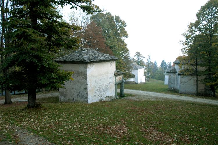 緑の中に散在する礼拝堂