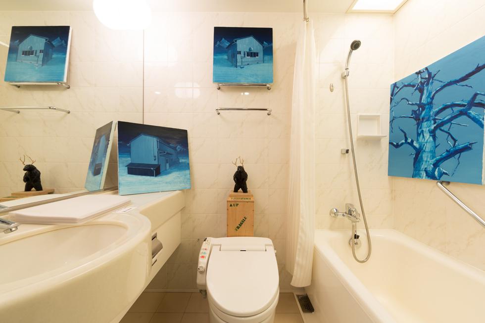 ホテルの客室がアートギャラリーに変身 現代美術のアートフェアがパークホテル東京で開催