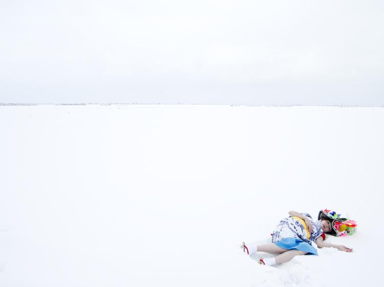(1) 雪原に、夏のハネト衣装で横たわる 永瀬正敏・想像の青森
