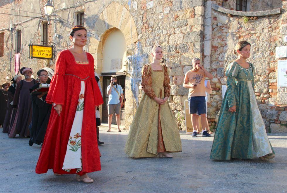 ダンテ「神曲」に名を刻む城塞、モンテリッジョーニの中世祭り
