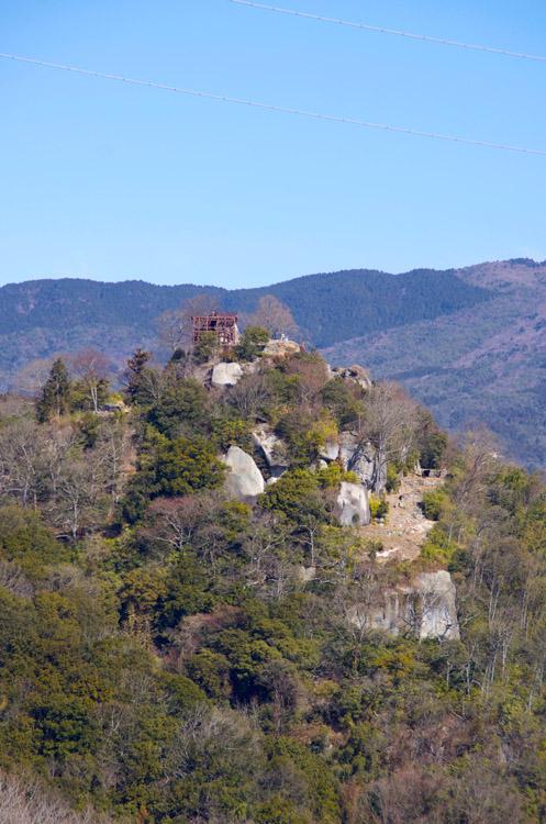 城山大橋から見る苗木城。岩盤を削り開いた城内通路までよく見える