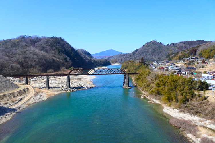 玉蔵橋から見る苗木城。右奥の山上に苗木城がある