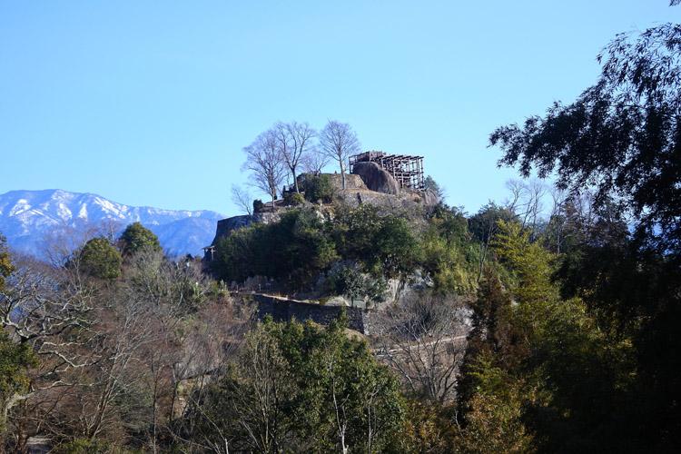 足軽長屋跡から。地元の人々の尽力で、かなり眺望がよくなった。現在は木がさらに伐採されている