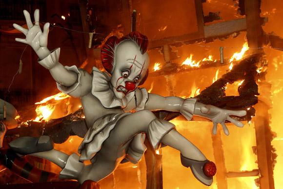 炎に包まれる巨大な張り子人形 スペイン・バレンシアの火祭り