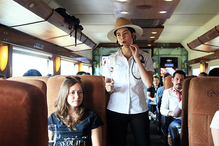 列車内でスタッフによるテキーラのレクチャーが行われる