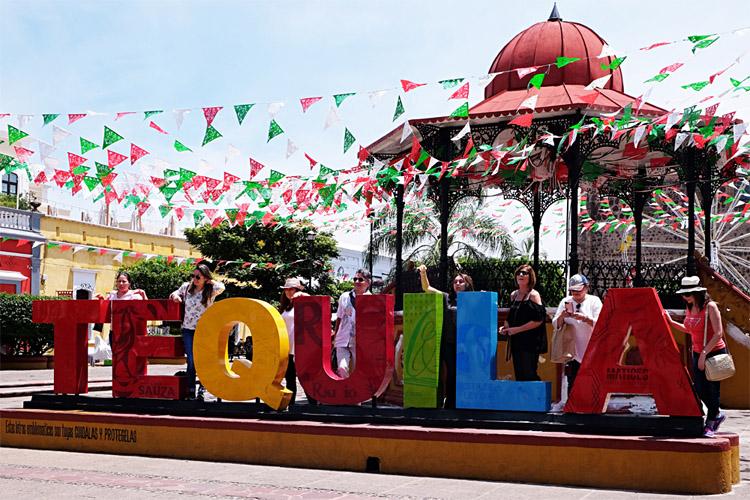 マリアッチの演奏や屋台が並ぶテキーラ村の中央広場