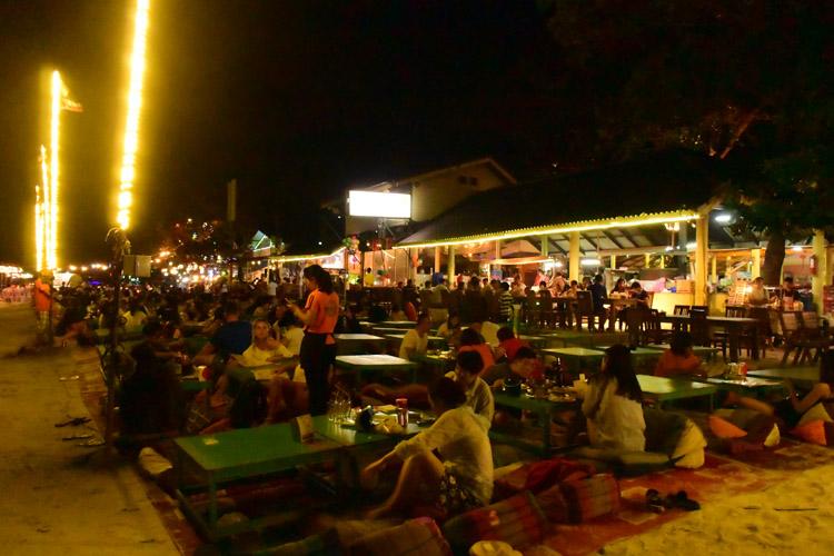 夜のサイ・ケオ・ビーチ。サンセットに合わせて、ビーチにテーブルが出没し、青空屋台と化します