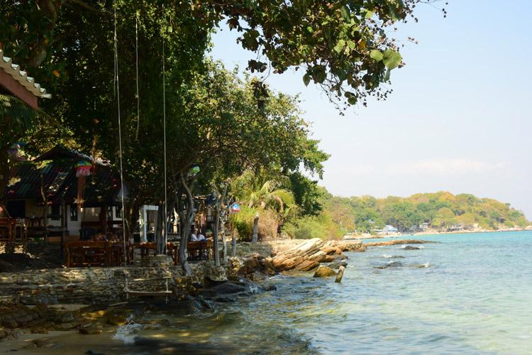 丘のふもとの岩礁にレストランとバンガローがある、小さな入り江のアオ・ルン・ダム