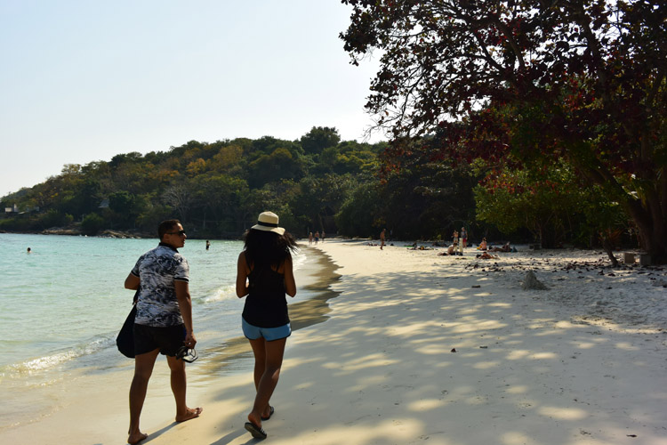 緩やかにカーブした、開放的な雰囲気のビーチ、アオ・ワイ