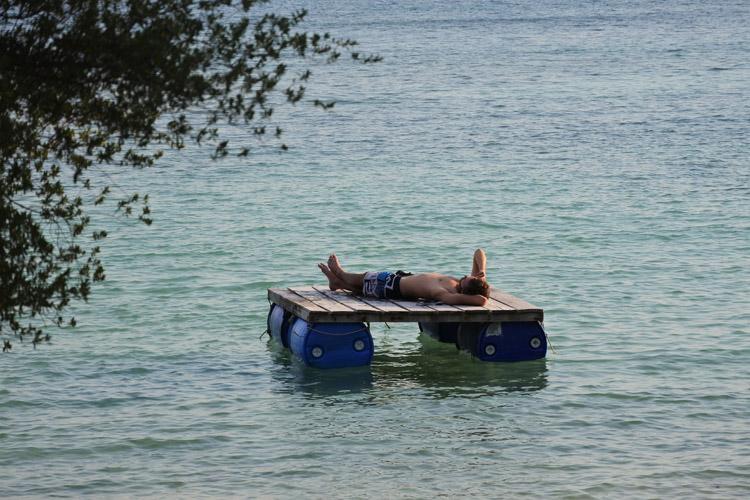 アオ・カランではイカダの上で昼寝をしている人を発見。気ままに島時間を味わっているようです