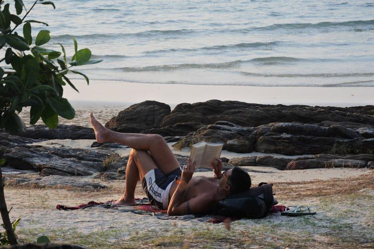 ビーチではスマホよりも、読書している姿がかっこよく見えます
