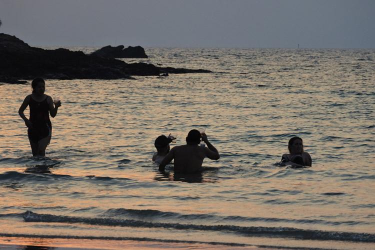 アオ・プラオビーチで見かけたグループ。浅瀬につかって、ビールで乾杯。サンセットの過ごし方は人それぞれ