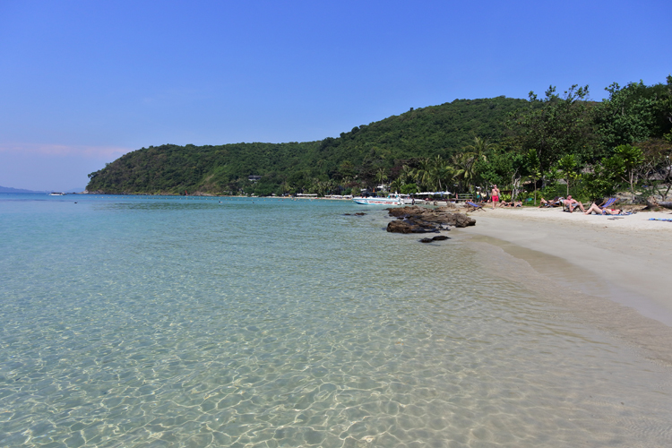 島の西側に位置するアオ・プラオ。ビーチの南側の木陰が、のんびりできそう