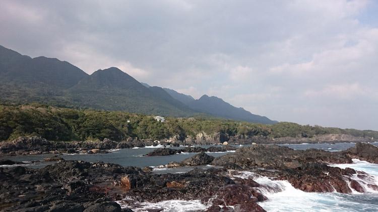 屋久島は雄大な景観を背後にして竿出しが楽しめる。麦生の地磯で