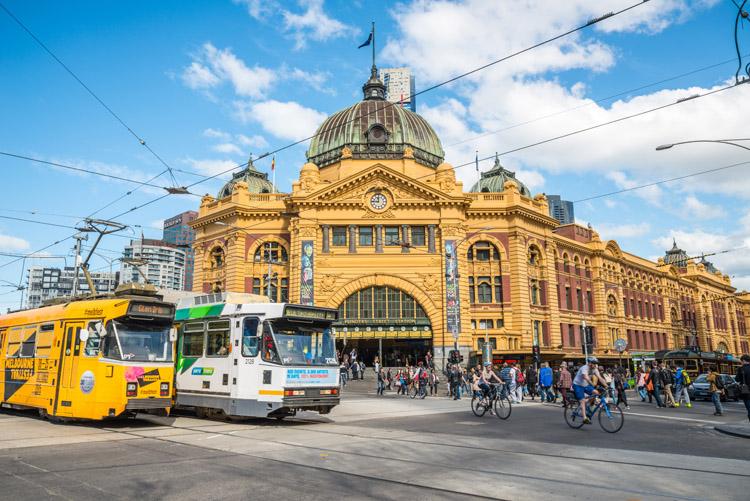メルボルンの街のシンボル、フリンダース・ストリート駅。1854年に建てられたオーストラリア初の駅 Boyloso / Getty Images