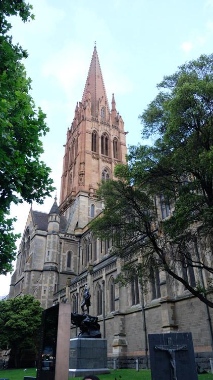 1891年に建てられた「セント・ポール大聖堂」はメルボルン3大ゴシック建築の一つ。CBDで最も交通量の多い交差点に建つ
