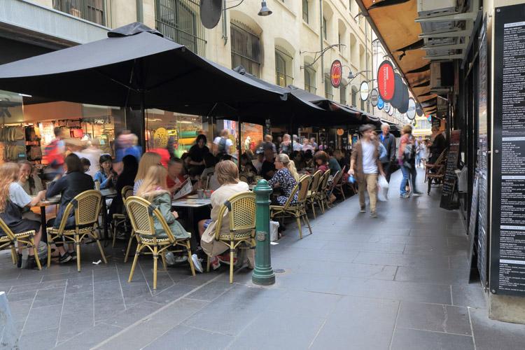 中心街の大通りから一本路地に入るとカフェがひしめき、多くの人でにぎわっているTkKurikawa / Getty Images