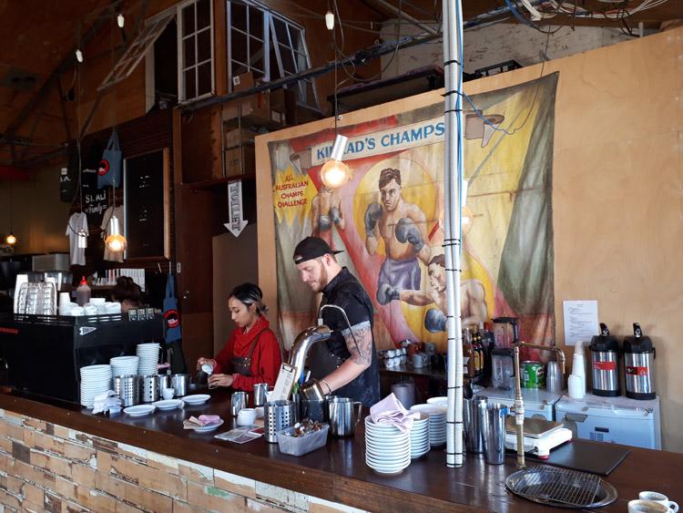 カフェではコロンビアに所有する20エーカーのコーヒー農園で栽培した豆を使用している