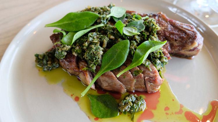この日のメインディッシュは牛フィレ肉。ポイント・レオ・エステートには近年多くの美食家たちが詰めかける