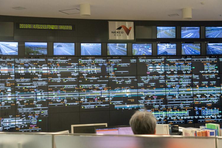 高速道路に設置されたカメラなどからリアルタイムの高速道路情報が集約される道路管制センター。ここでは東名高速道路・新東名高速道路などの高速道路を担当