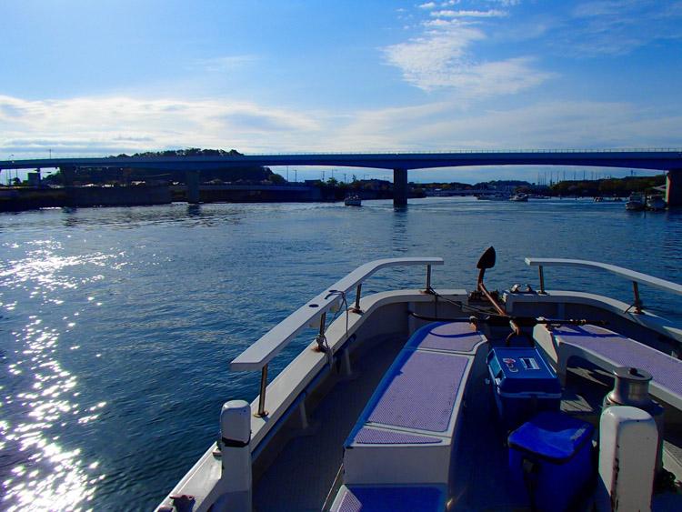 船は八景島に向けて進む