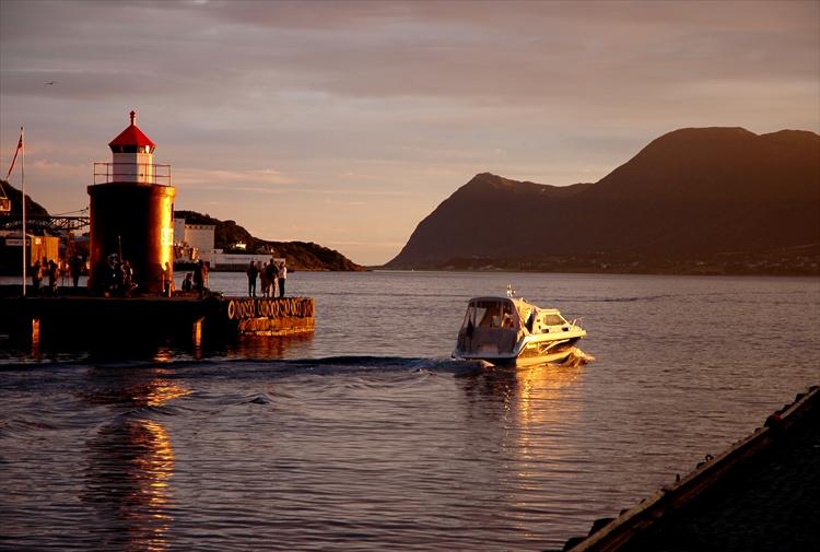 不思議な時が流れる白夜 トワイライトに包まれて ノルウェー・オーレスン
