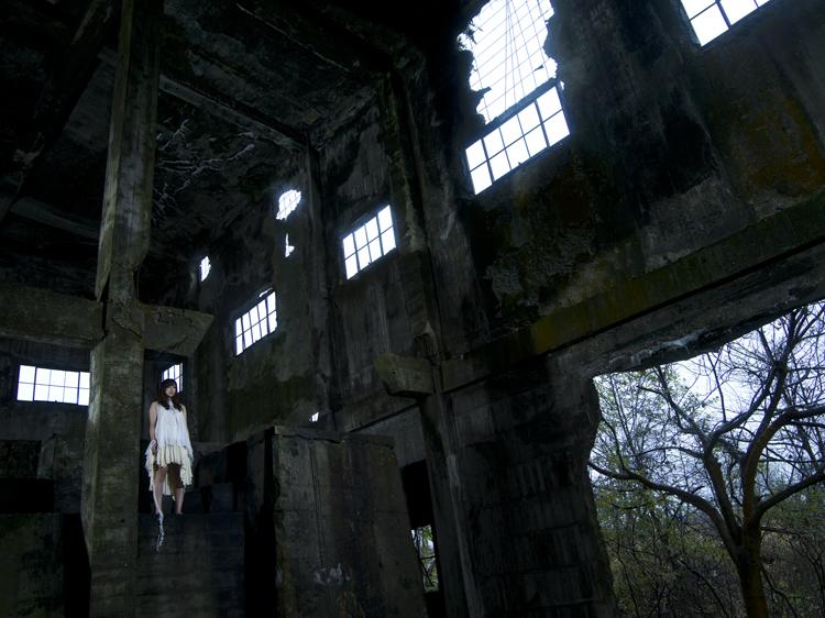 (4)  映画っぽい廃屋に立つ「命」 永瀬正敏が切り取る