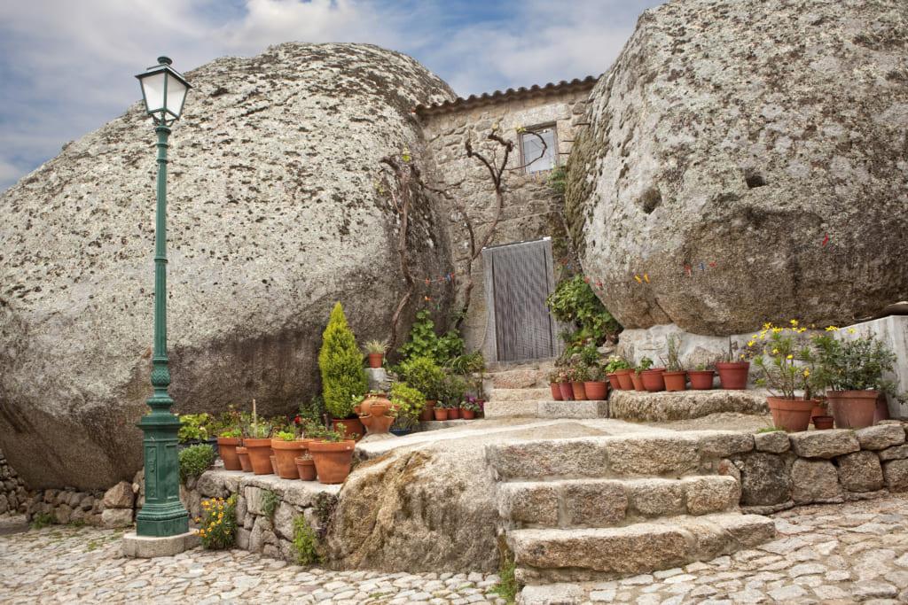 ふかわりょうさんのポルトガル 「岩に家がへばりついてる」太陽が降り注ぐ国で見た不思議な光景