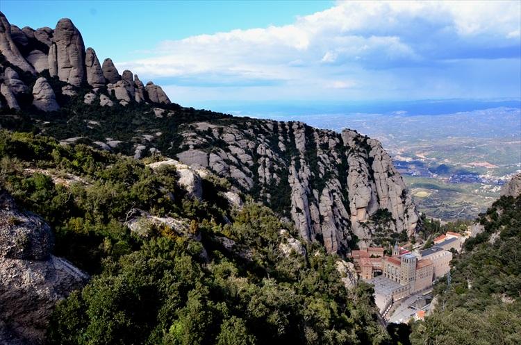 巨岩のはざまに黒いマリア像の修道院 スペイン・モンセラット