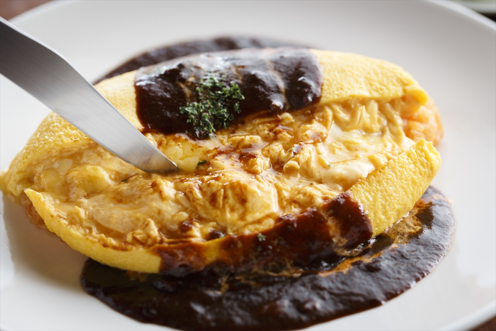 半熟卵があふれ出す、洋食店の正統派オムライス「西洋酒樓 六堀」