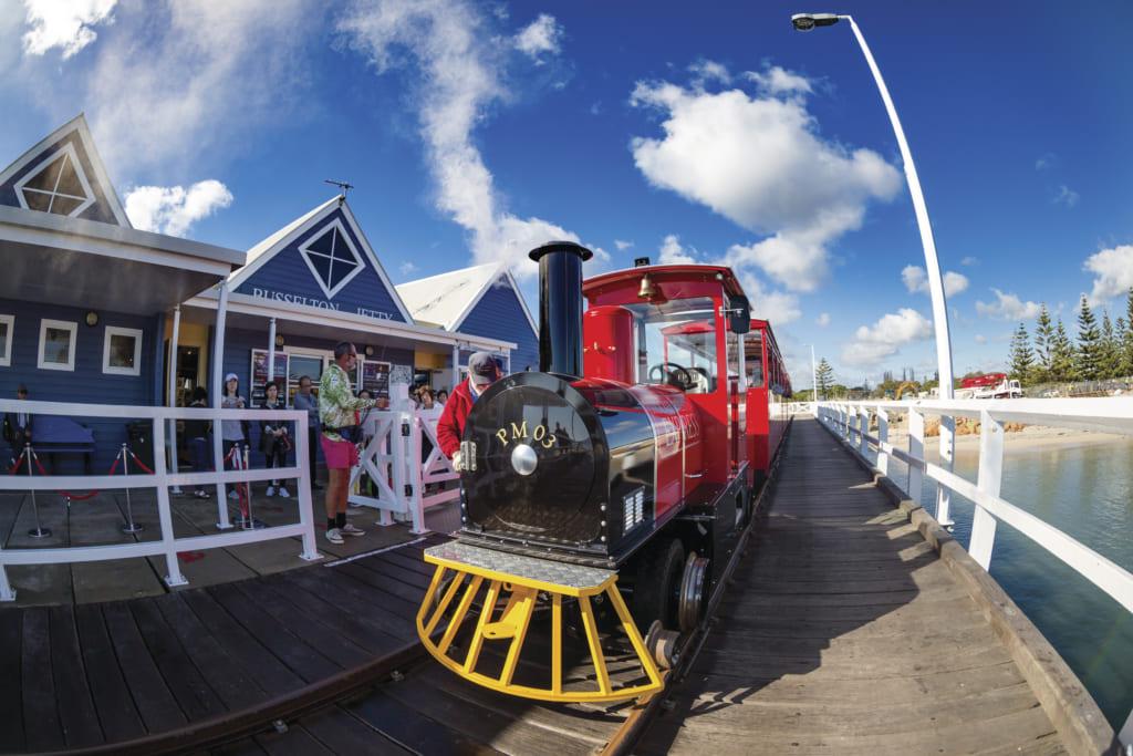 バッセルトン桟橋と列車