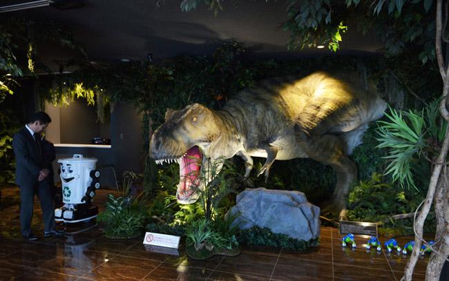 """フロントに恐竜ロボ、部屋にもAIコンシェルジュ """"変なホテル""""が舞浜に登場"""