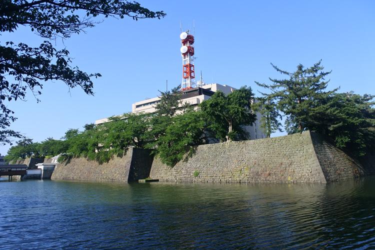 福井県庁は日本一強い? 福井城本丸にそびえる現代の「天守」