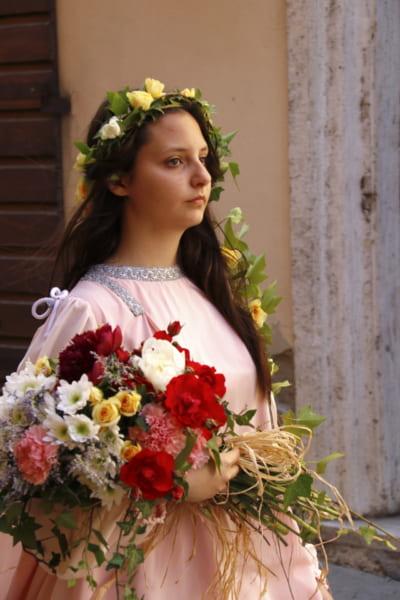 テーマは「80年代の伝説」イタリアの花祭りの山車にあの日本の人気者