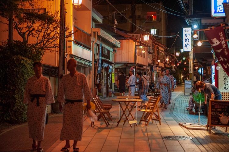 浴衣に下駄でそぞろ歩きしながら楽しむ温泉街の夏祭り 信州 渋温泉