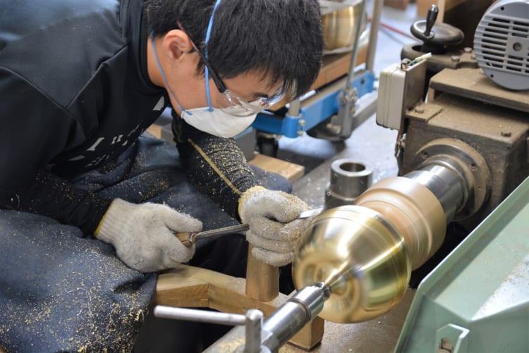 """""""曲がる器""""を生んだ「能作」工場見学 富山の地酒と魚も味わう"""