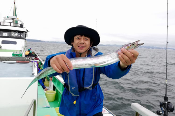 東京湾で船が大渋滞 銀色に輝くタチウオを追え! 神奈川県横須賀市