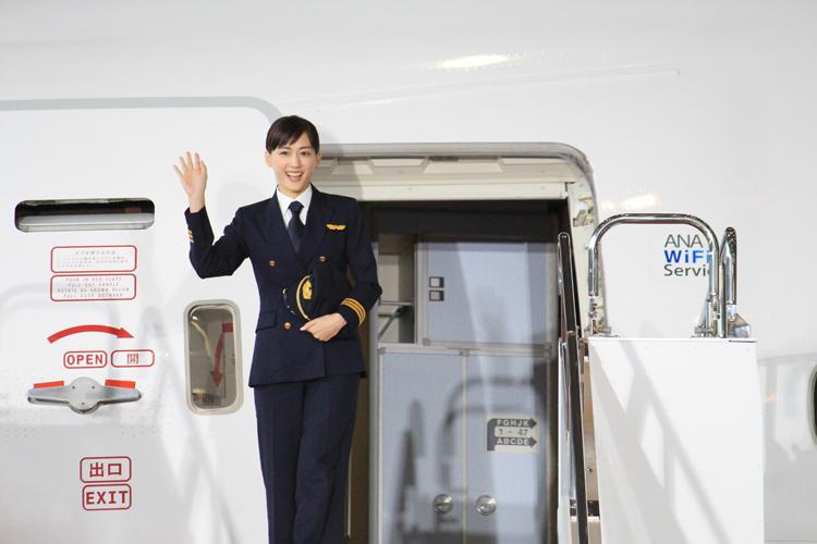 """綾瀬はるかさんら300人が羽田で人文字をつくり、""""五輪1年前""""をアピール"""