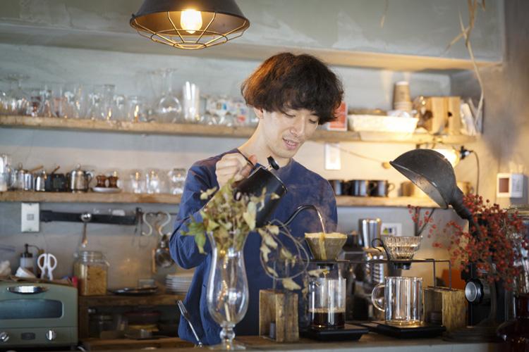 コーヒーの生産地を旅するように。カフェ「旅の音」で甘い一杯を