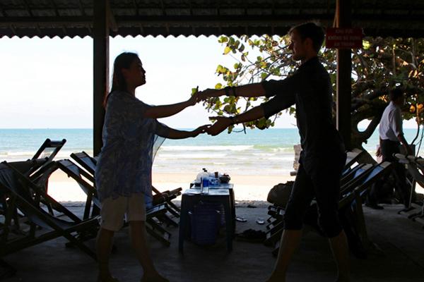 ベトナムのビーチで社交ダンス アジアの空間に溶け込む欧州