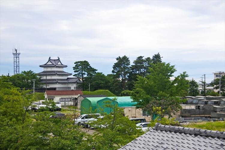 世にも珍しい!三つのしゃちほこが載る櫓 新発田城