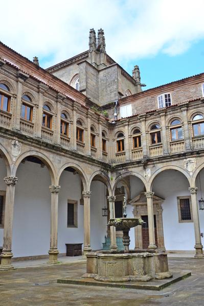 シンボルはホタテ貝 巡礼の聖地、スペインのサンティアゴ・デ・コンポステーラ