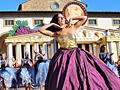 圧巻の山車とダンス 住民総出で魅せるブドウ収穫祭