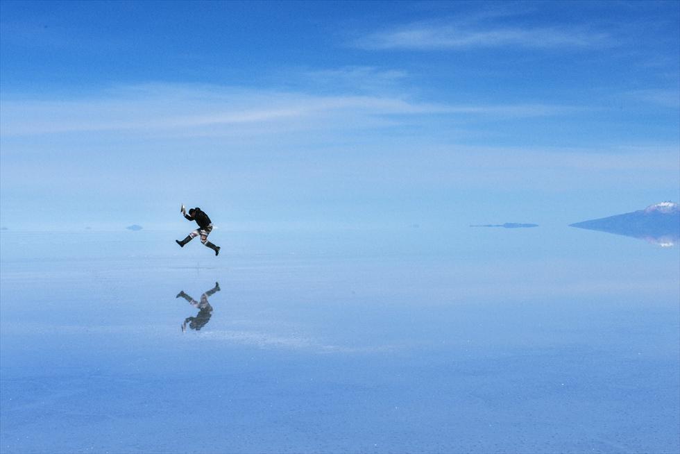 ウユニ塩湖で空中散歩? 鏡面世界で切り撮った瞬間